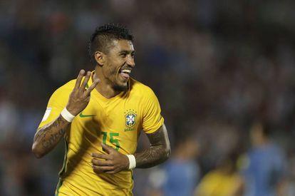 Paulinho comemora os seus três gols na seleção contra o Uruguai, no março último.