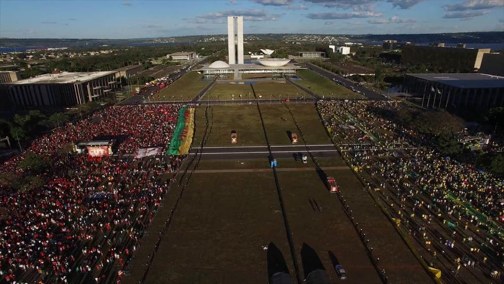 Cena do filme 'Democracia em vertigem' de Petra Costa.