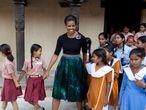 Michelle Obama, en Nueva Delhi, con niñas participantes en su proyecto Dejemos que las Niñas Aprendan, en 2010.