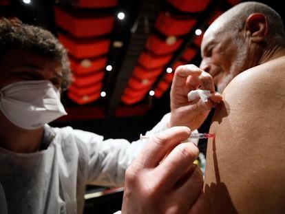 Homem recebe a vacina em Schiltigheim, no leste da França.
