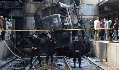O trem incendiado na principal estação do Cairo.