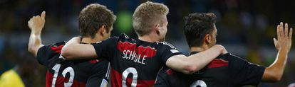 Müller, Schürrle e Özil celebram o gol de Schürrle.