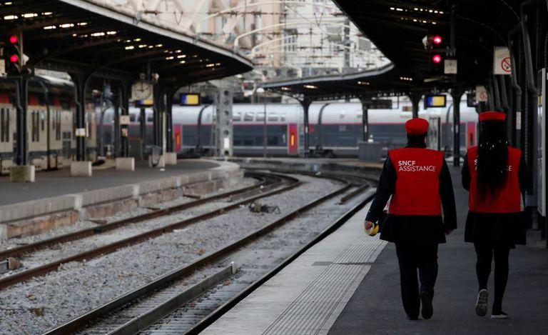 A França enfrenta na terça-feira o segundo dia de greve nacional fortemente apoiada pelos trabalhadores ferroviários e do transporte público.