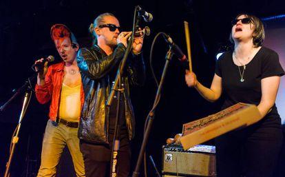 Toby Goodshank (vestido como David Bowie), Macaulay Culkin e Deenah Vollmer, membros do grupo Pizza Underground, durante um show realizado em Washington em 2014.