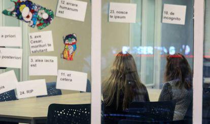Marta (nome fictício) com a mãe no hospital psiquiátrico Gregorio Marañón, em Madri.