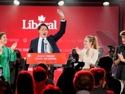O primeiro-ministro Justin Trudeau com sua família em seu discurso de vitória na noite da eleição.