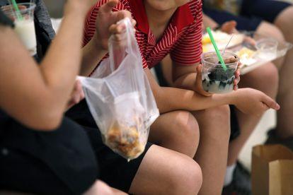Jovens comem e guardam alimentos em recipientes de plástico. Embalagens de restaurantes e mercados podem ser substituídas por outras levadas pelo próprio consumidor