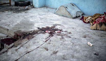 Uma mancha de sangue na escola atacada por Israel em Gaza.