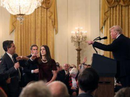 O presidente de EUA volta a carregar contra Jim Deita ao ser perguntado sobre a caravana de migrantes. A Casa Branca retira o credenciamento permanente ao repórter