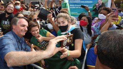 O presidente Jair Bolsonaro tira fotos com apoiadores em Terenos (MS), durante evento no dia 14.