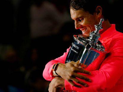Nadal abraça o troféu de campeão do US Open em Nova York