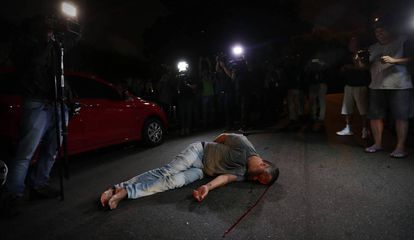 Manifestante fica desacordado após agressão de militantes petistas.