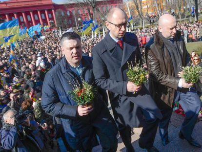 O presidente interino Oleksandr Turchínov (direita), o primeiro-ministro  Arseni Yatseniuk (centro) e o líder do partido Svoboda Oleh Tiahnibok  no 200 aniversário do poeta Taras Shevchenko em Kiev.