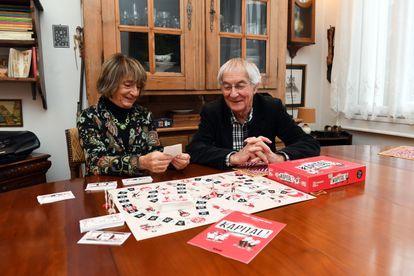 Os sociólogos Michel e Monique Pinçon-Charlot, com o jogo de tabuleiro que criaram.