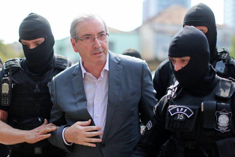O ex-presidente da Câmara Eduardo Cunha, ao ser preso em outubro de 2016 pela PF.
