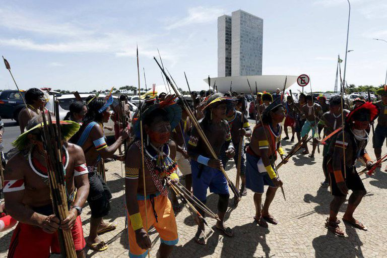 Indígenas protestam contra a aprovação da PEC 215, em 2015.