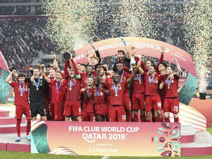Henderson ergue a taça de campeão do Mundo para o Liverpool.