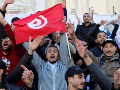 """Milhares de tunisianos comemoram neste domingo na capital o sétimo aniversário da queda do regime de Ben Ali, exigindo """"uma segunda revolução""""."""