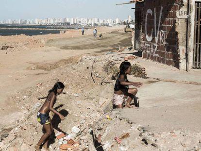 Crianças brincam em praia no Pirambu, área que já foi considerada umas das mais violentas de Fortaleza