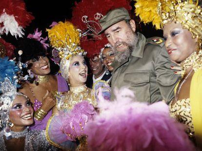 Fidel Castro cumprimenta dançarinas do Tropicana durante uma visita em 1986.