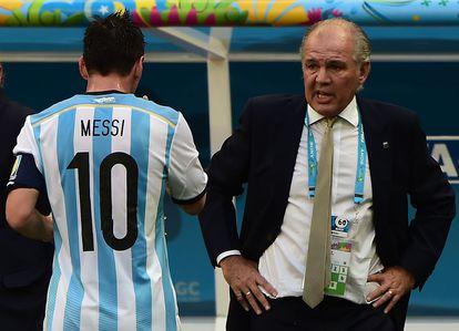Lionel Messi camiha em direção a Alejandro Sabella durante as quartas de final contra a Bélgica, em 2014.