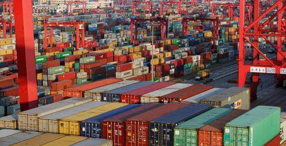 Contêineres em um terminal do porto de Xangai