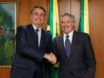 O presidente do Brasil, Jair Bolsonaro, cumprimenta o chanceler argentino, Felipe Solá, durante a reunião que mantiveram em fevereiro em Brasília.