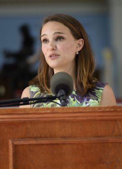 A atriz ao discursar em Harvard.