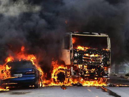 Veículos em chamas em Fortaleza, durante o auge dos ataques.
