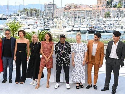 Da esquerda para a direita, o júri do Festival de Cannes em 2021: Mylène Farmer, Kleber Mendonça Filho, Maggie Gyllenhaal, Jessica Hausner, Mati Diop, Spike Lee (presidente), Mélanie Laurent, Tahar Rahim e Song Kang-ho.