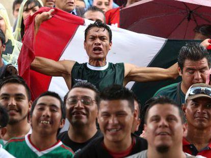 Torcedores mexicanos durante México X Croácia.