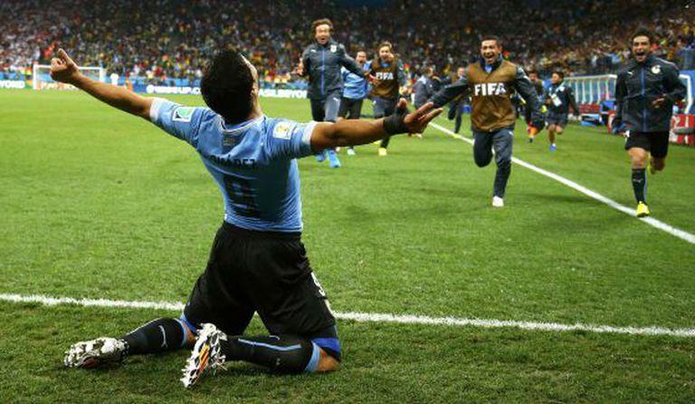 Luis Suárez celebra o segundo gol contra a Inglaterra.