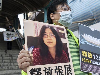Ativista segura um cartaz com uma imagem de Zhang Zhan, nesta segunda-feira, em Hong Kong.