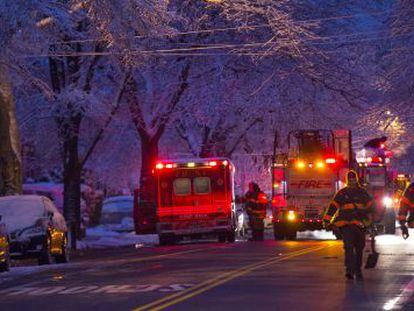 Bomberos junto à casa que se incendiou em Brooklyn.