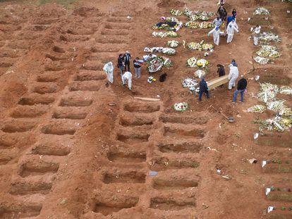 Enterros no cemitério da Vila Formosa, em São Paulo, no dia 15 de julho.