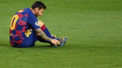 O argentino Lionel Messi ajusta a chuteira no jogo do Barça contra o Napoli pela Champions em agosto.