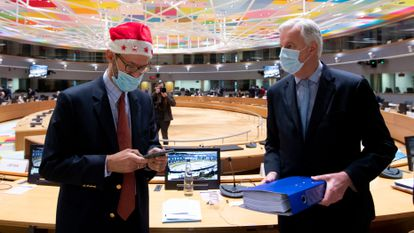O negociador comunitário Michel Barnier (direita), durante a reunião extraordinária convocada na sexta-feira em Bruxelas.