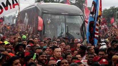 Ônibus com a delegação é cercado pela torcida rubro-negra.