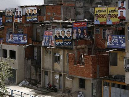 Cartazes de candidatos nas no bairro Bonsuceso, no Rio.