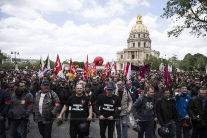 Milhares de pessoas protestam contra a reforma trabalhista em Paris, na França, em 17 de maio.