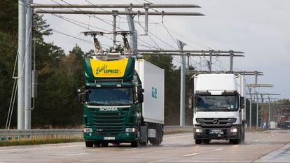 Caminhões circulando pela autoestrada electrificada em Hessia, Alemanha.