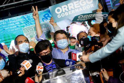 O governador eleito da região de Santiago, Claudio Orrego, comemora sua vitória na capital do país.