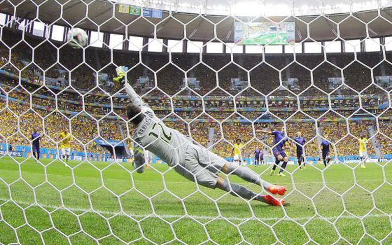Van Persie marca o primeiro gol da Holanda.