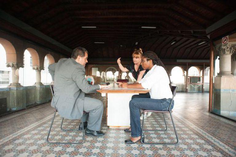 Yolanda Barrasa ensaia com os atores de 'A sós'.