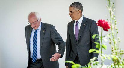 O presidente Barack Obama (dir.) caminha ao lado de Bernie Sanders em direção ao Salão Oval.
