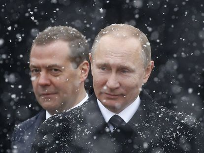 Vladimir Putin e Dmitri Medvedev (ao fundo) em cerimônia perto do Kremlin, em 23 de fevereiro de 2017.