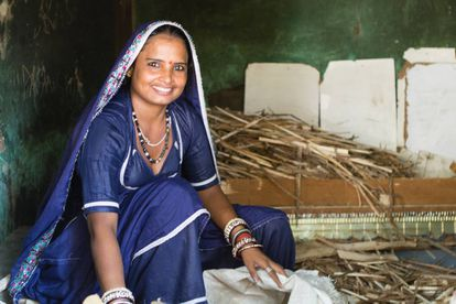 Mulheres da família despem as recém-casadas, que são despojadas até de 'chudis' e 'payals' (pulseiras tradicionais nos braços e tornozelos) para que não possam se cortar e falsificar o teste.