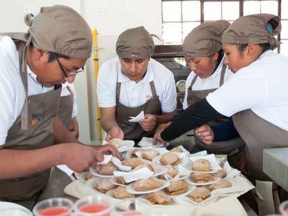 Alunos na cozinha Manq'a Santa Isabel, em El Alto (Bolívia).