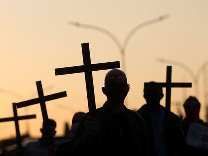 Grupo faz homenagem, em 7 de agosto, aos 100.000 mortos pelo coronavírus.