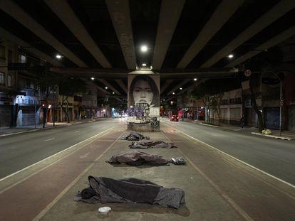 Região do centro de São Paulo, onde moradores de rua fazem fila para dormir na noite e quinta-feira.